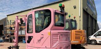 Une mini-pelle Case rose pour luter contre le cancer du sein
