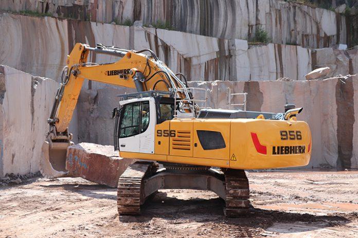 Deux pelles Liebherr R956 dans des carrières de granit