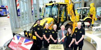 JCB et le Lord Bamford célébrant la 750 000ème machine