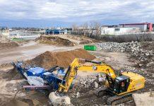 La pelle Caterpillar 335 apporte les déchets minéraux dans le broyeur Kleeman